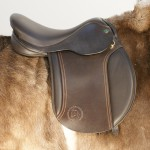 The panel of the Native Pony, Pony Club Saddle sits flat against the pony to ensure a good fit on those rounder breeds with a built up pommel and cantle for security.